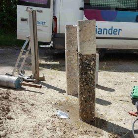 Maarten boord 2 gaten voor Liander 90cm diep in de fundering van de Radiomast in Den Oever