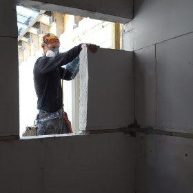 Marc zaagt een deursparing in Langedijk voor de Geus.