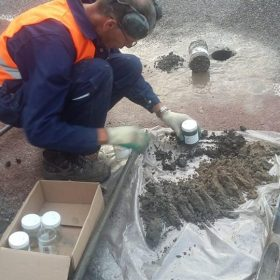 Gaten boren voor bodemonderzoek voor Landview, geboord door Jos Manshanden.